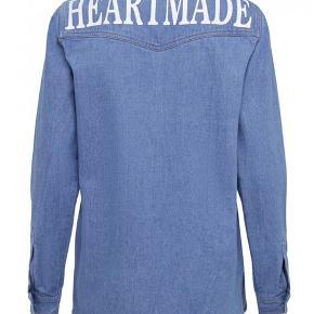 Cool denim jakke fra heartmade, aldrig brugt! Oversize på den fede måde - passer ca. str 38/40.