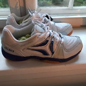 Sælger disse sko fra Select i størrelse 38, aldrig brugt og stadig med prismærke. Kan både bruges som inden- og udendørssko.