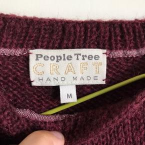 virkelig dejlig bordeaux strik fra People tree, str M. 100% uld og med fin fryns 👌🏼