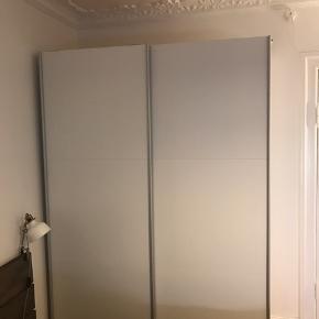Stort garderobeskab sælges pga flytning. Skal kun hentes fra stueetagen ;-)   Mange gode hylder samt bøjlestang.   Mål:  H: 220cm  B: 150cm  D: 60cm