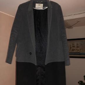 Fin elegant frakke - brugt men i fin stand. Mangler en knappe men er med og kan syes på