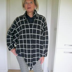 Eksklusiv Poncho fra Designeren Anne Feldballe Copenhhagen/Hellerup.  Skøn i 100% uld, så mega sej. Velholdt (sælger for veninde, bytter desværre ikke) Bud fra 350pp + gebyr handler gerne mobilpay¨sender med DAO