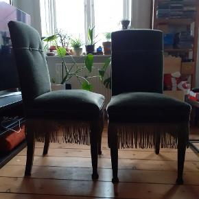 Bløde og fine  vintage stole. Selv købt på loppemarked og er derfor slidte, men de er stadig pæne og brugbare. 1 stk. 150 kr 2 stk. 200