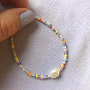 Pastel farvet perlearmbånd Lilla lyserøde gule blå pastel perler 🐚 1 stor ferskvandsperle  Lås: forgyldt sterlingsølv (24kr i indkøb) 📐Mål: 16.5-18 cm 💌💵Prisen er inkl Porto med postnord