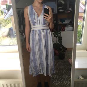 Fin sommerkjole som er købt sidste sommer og kun brugt 1 gang 💛 Den er xs, men passer også en s som mig :)