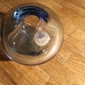 Holmegaard Kastrup fin lille kuglevase i blå glas. Højde 9cm. Næsten som ny. 75kr Kan hentes Kbh V eller sendes for 40kr DAO