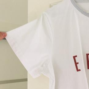 Super flot og lækker t-shirt fra Soulmate. Flot detalje ved halsen med lidt glimmer effekt. Brugt et par gange.