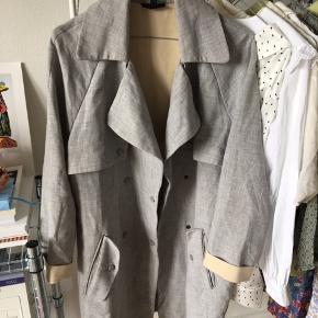 Lækker tynd forårsfrakke fra Topshop. Lidt krøllet, da den har været pakket væk længe. Har en del år på på bagen, men fejler ingenting! 🌸🤩