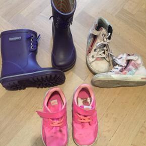 Str. 25 - Bundgaard gummistøvler, Nike sneaks, SuperFit, samlet 300kr, ellers 140kr pr par. Afh. 6700