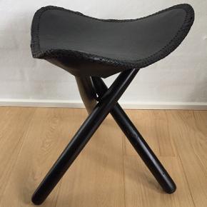 HOUSE DOCTOR SKAMLER: Sort læder 0g sortlakerede ben. Sæde 40 cm bredt. Kan skilles ad så de ikke fylder. Har ikke brugt dem, har haft dem til at ligge. Har 2 stk. 400 kr pr stk.  2 for 600 kr.