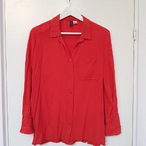 Rød bomuldsskjorte fra H&M i str. 42. Ærmerne kan foldes op.