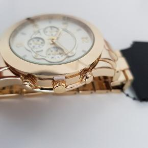 Utrolig flot ur i metal. Aldrig brugt, stadig med plastik i siden og bagpå. Kan reguleres i længden ved at tage led af. Nypris 399 kr.