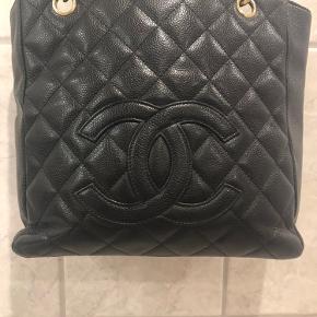 Chanel pst ( lille model). Overvejer at sælge min fine og udgået Chanel taske i sort Caviar med guld hardware, der følger authentic card med.  Bytter ikke.