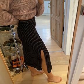 Flot nederdel med slids fra mango.  God til både hverdags og fint brug.   Byd😁