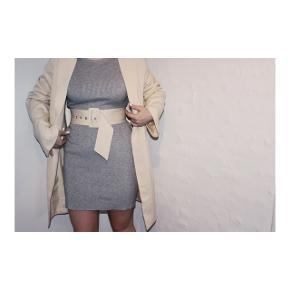 Grå langærmet kjole i størrelse xs fra Sisters point.  Brugt to gange.  Bælte medfølger ikke.