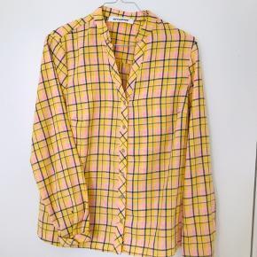 Ny lækker skjorte med tern - loose fit. Har stadigvæk prismærke + ekstra knap med.