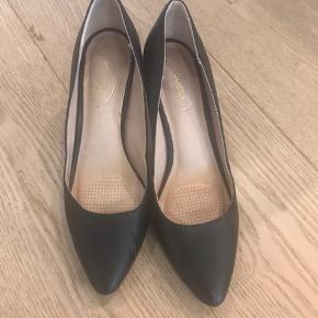 Super lækre ergonomiske stiletter med lav hæl (6 cm) . De er i super pæn stand. Ved ts handel tillægges gebyr . Da det er dyre sko behøver jeg ingen skambud .