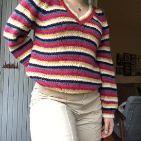 Smuk, farverig sweater fra Dranella. Lige til at peppe den nogengange kedelige vintergarderobe op✨ Passer også en medium:) Model: Bapaya 1 pullover  Byd gerne🌼