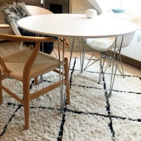 Sælger mit smukke hvide runde spisebord med kvalitetssikre, pæne metalben. Det har ingen mangler, og er så flot stand.