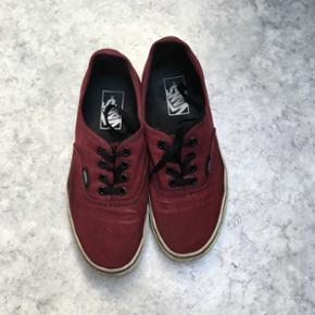 Bourdeaux vans sko. Str. 5,5 i mande størrelse og 7 i dame størrelse.  Kan hentes i Nørresundby eller sendes på købers regning