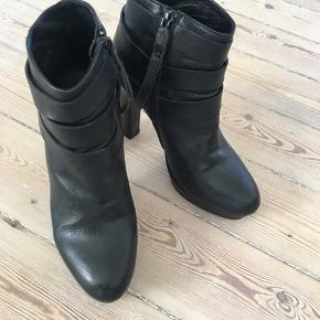 Fede ankelstøvler i sort glat læder med plateau, så de er fantastiske at gå i. I god, men brugt stand. Fejler dog intet.