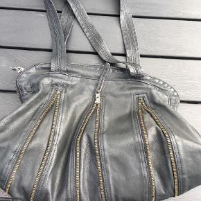 Varetype: Skuldertaske Størrelse: Mellem Farve: Sort  Flot taske med lynlåse