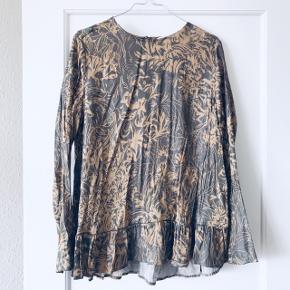 Rigtig fin tunika i glat stof med smukt mønster i stoffet 🌈 rigtig fin tunika med lille flæsedel i bunden. Fra Weekday i str. M.   Bemærk - afhentes ved Harald Jensens plads eller sendes med dao. Bytter ikke, og sender ikke billeder med den på 🌸   ⭐️ Tunika bluse overdel flæse flæser skjorte mønster mønstret camel brun grå