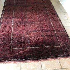 Ægte tæppe sælges, ca kun et år gammelt, og fremstår som nyt. Det er fra et røg samt dyrefrit hjem og måler : L: 3,06 m. B: 2,0 m. Nypris 17.000kr Kvittering haves og bud modtages 🙃