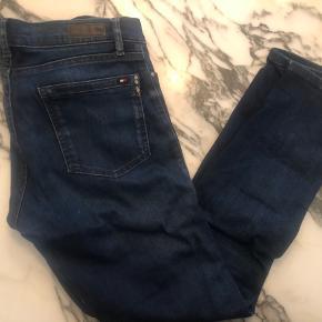 OBS: str. 28. Men svarer til en S eller lille M. Tommy Hilfiger skinny fit jeans med lynlås ved anklerne. Fejler intet. Kan sendes eller hentes i Københavnsområdet.