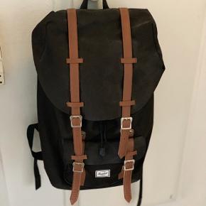 Herschel rygsæk i sort. Sælges, da jeg ikke får den brugt længere. Den fremstår stort set som ny, selvom den er 5 år gammel. Byd endelig :-)