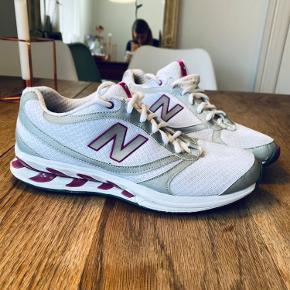 Fede sneaks i hvid og lilla med grå reflekser. Sålen er som NY. Kun brugt et par gange til træning indendørs. Normal i størrelsen.