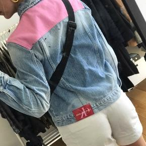 Helt ny Calvin Klein denim jakke.   Byd gerne