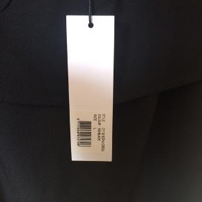 Neo noir - kjole Str. L ALDRIG BRUGT! (Stadig med mærke!) Farve: sort Lavet af: 100% polyester Style: Sophia dress Mål: Brystvidde: 104 cm hele vejen rundt Livvidde: 108 cm hele vejen rundt Længde: 95 cm Køber betaler Porto!  >ER ÅBEN FOR BUD<  •Se også mine andre annoncer•  BYTTER IKKE!