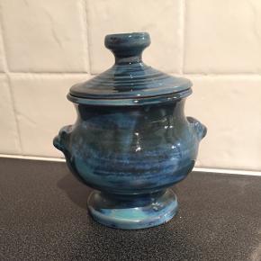 Lågkrukke med en meget smuk blå glasur.