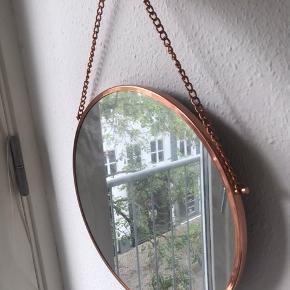 Hængespejl med bronze kant og kæde. Står bare til opbevaring og sælges pga. Flytning.