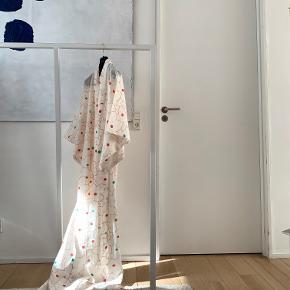 ⚫️Der handles udelukkende via 'Køb Nu' funktionen. Al forsendelse forgår med DAO og det er ikke muligt at mødes og handle. Priserne er faste. Privatbeskeder og kommentarer besvares ikke🖤  ____  Lang vintage hvid rødblomstret japansk kimono. One size.   165 cm lang x 65 cm bred henover brystet