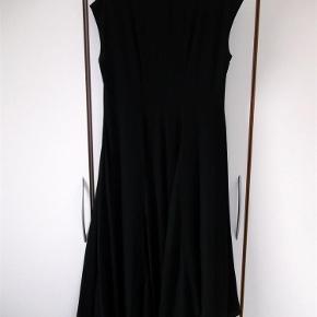Varetype: Kjole Farve: Sort Oprindelig købspris: 3500 kr.  VIRKELIG ET MUST OG SJÆLDEN SET TIL SALG... ;-)   Lang kjole med svaj forneden og længere i venstre side og kjolen falder rigtig flot når den kommer på. Lynlås i brystet som er skjult bag en løbegang. Sælges for en veninde. (Billede 3 og 4 er oplyste, & billede 5-6 er taget med kjolen på)   Materialet er 100% Polyester   Mål er: længden i højre side: 134 cm Længden i venstre side: 145 cm Brystmål 2 x 49 cm    Hvis kjolen skal sendes udenfor DK, må det aftales med sælger.   ¤¤¤ BYTTER IKKE ¤¤¤