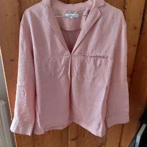 Smuk bluse fra second female i str L. Lille i størrelsen så svarer til m. /38