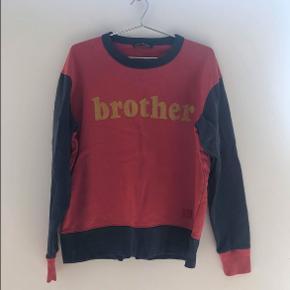 Sælger denne røde og blå ACNE studios crewneck for min lillebror. Der står BROTHER midt på maven af trøjen. Standen er super god, og vil derfor også gerne så tæt på nypris som muligt. Ny pris 1900kr.
