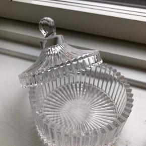 Fin lille glas bonbonniere, købt som ny for et par år siden, der er ingen synlige tegn på ælde, eller ridser. Måler 10,5cm i diameteren fra yderkant til yderkant. Sender gerne ellers kan den afhentes i kbh NV.