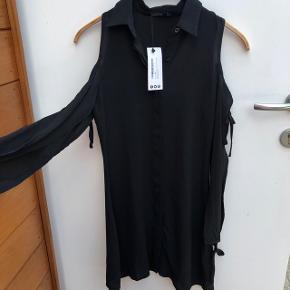 Fineste kjole med åbne skuldre. Aldrig brugt og stadig med prismærke.