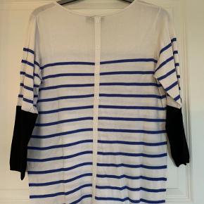 Lækker tynd strikket bluse med trekvart ærmer. Fine knapper ned på ryggen. Brugt få gange