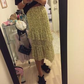 Overvejer at sælge denne helt udsolgte nederdel fra H&m. Købt sidste sommer og brugt meget få gange. Byd gerne:)