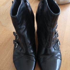 Lækre ankelstøvler med kinahæl og spænder fra Vagabond. Brugt men bestemt mange skridt i dem endnu.