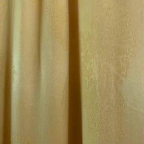 Second Female Bukser str m/38 ubrugt i en skønne solgul farve, som virker mat og eksklusiv. Bukserne har indvævet print af diskrete blade.  51% Cupro, 49% viskose Talje omkreds 79 cm Længde: 109 cm Sælges pga vægttab 450 kr (nypris 800 kr)