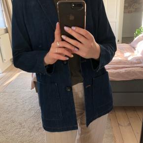 Helt ny denim blazer fra Coster Copenhagen. Den er aldrig brugt og fremstår i perfekt stand. Det er en størrelse 38, men lille i størrelsen. 😊