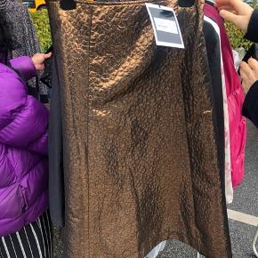 Flotteste længere nederdel fra custommade. Det er Metallic bronze. Nypris 1199kr Sælges til 300