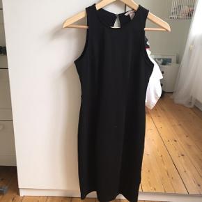 Super flot faconsyet kjole med åben ryg. Aldrig brugt. :-)
