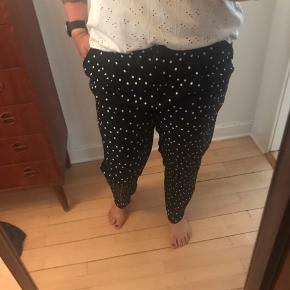 Aldrig været i brug. Super fede bukser i sort med hvide prikker.   Kan afhentes i Ordrup eller sendes på købers regning. Tjek også gerne mine andre annoncer 🌸