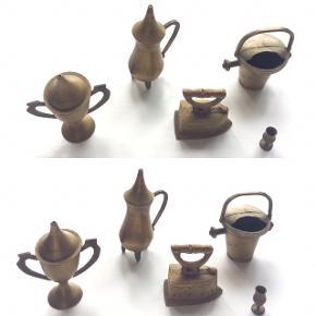 Fine messing miniature ting til F.eks. sættekasse eller dukkehus.  Ældre, med patina og lidt skævheder.  Sælges samlet til fast pris plus porto.   Bytter ikke.  Annoncen slettes, hvis solgt.